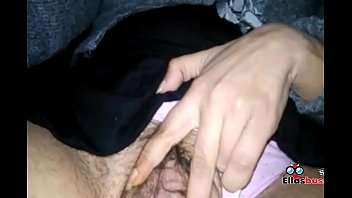 chica rubia se masturba en casa