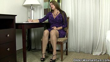 yankee cougar sheila plays with nylon and high.