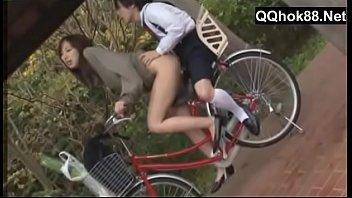 ngentot cewe bispak sambil bawa sepeda.