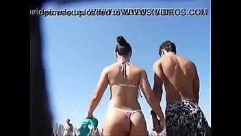 Brasile&ntilde_a de Buen Culo en Tanga por la Playa