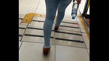 jovencita caminando raacute_pido en jeans